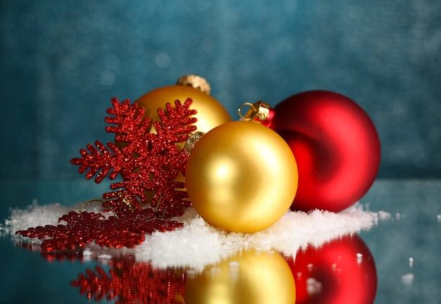 明るい背景のテーブルの上の美しいクリスマスの構成