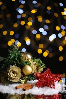 明るい表面のテーブルの上の美しいクリスマスの構成