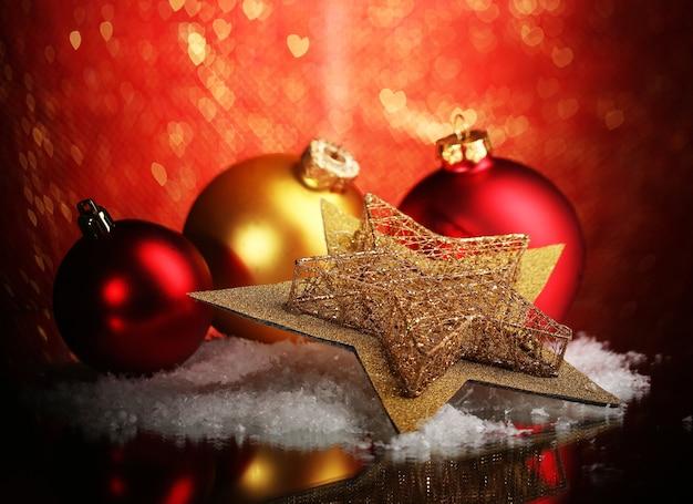 밝은 표면에 있는 테이블에 있는 아름다운 크리스마스 구성