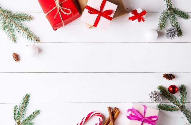 クリスマスギフトボックスと木製の白い背景の上の美しいクリスマスの構成。新年。