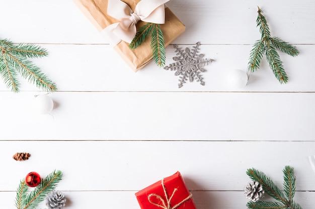 クリスマスと木製の白い背景の上の美しいクリスマスの構成。新年。