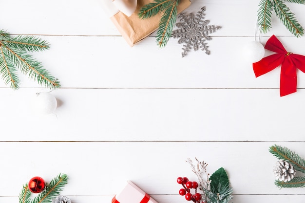 木製の白い背景の上の美しいクリスマスの構成