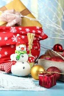 クリスマスのおもちゃのクローズアップと美しいクリスマスの構成