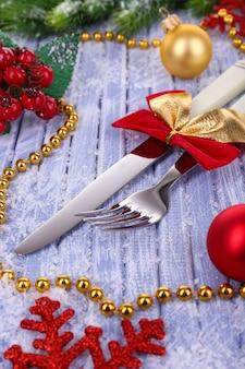 カトラリー、クリスマスボール、テーブルの上のモミの木と美しいクリスマスの構成