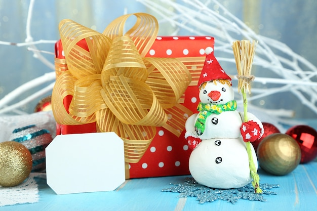 ギフトとクリスマスのおもちゃのクローズアップと美しいクリスマスの構成