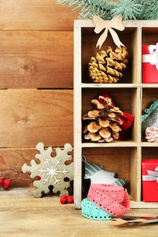 木枠の贈り物と美しいクリスマスの構成