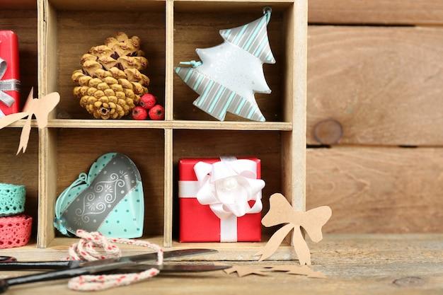 나무 상자에 선물을 넣은 아름다운 크리스마스 구성