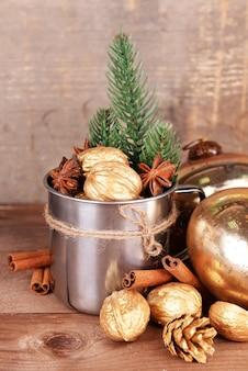 Красивая рождественская композиция с золотыми грецкими орехами на деревянном столе