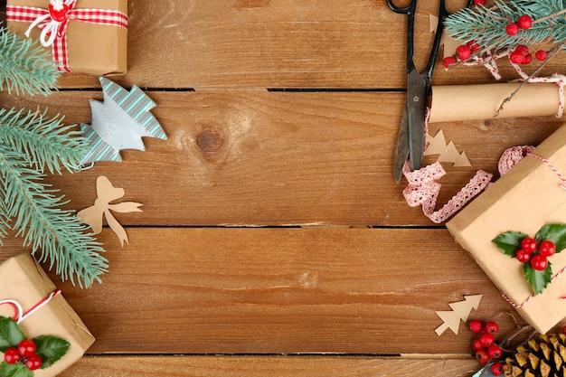木製の背景に手作りの贈り物と美しいクリスマスの構成