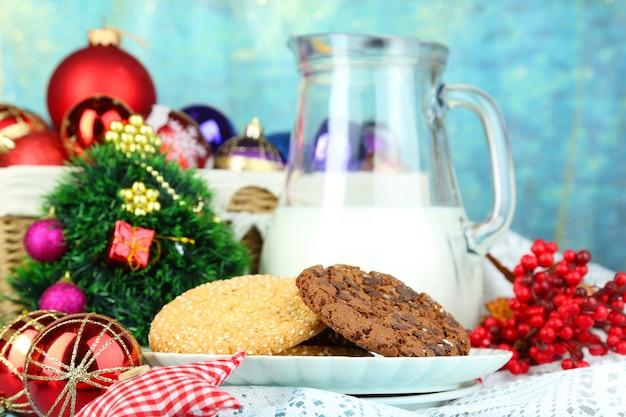 ミルクのクローズアップと美しいクリスマスの構成