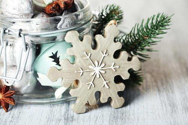 木製のテーブルの上に、銀のクルミと美しいクリスマスの構成