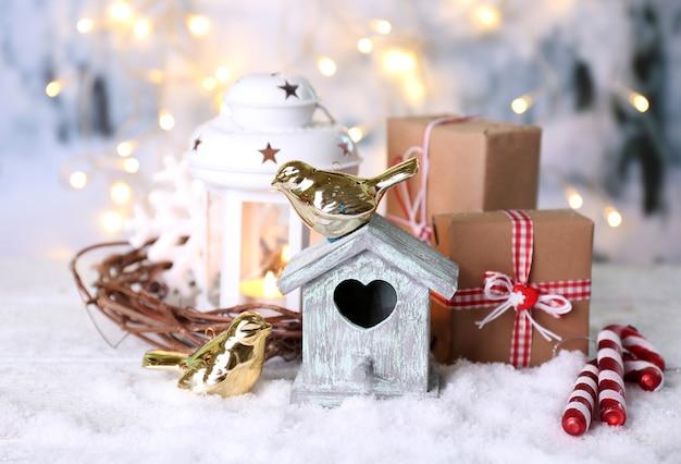 小鳥の家と美しいクリスマスの構成