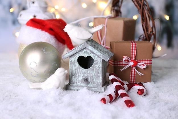 작은 새 집이 있는 아름다운 크리스마스 구성