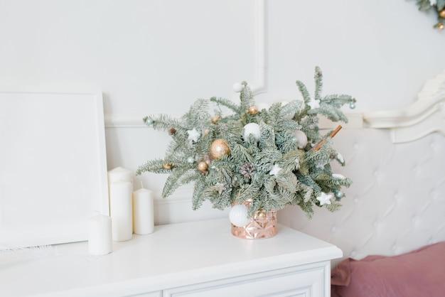 明るい白い寝室のインテリアのおもちゃで美しいクリスマスの組成
