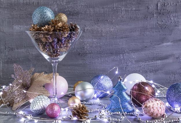 銀色の金色の美しいクリスマスの装飾金色の松ぼっくりのクリスマスライトとコンのおもちゃ...
