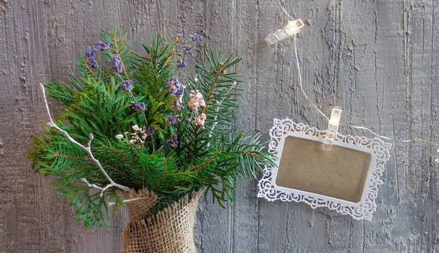 은빛 톤의 아름다운 크리스마스 장식 콘크리트 b에 크리스마스 꽃다발 크리스마스 인사말 카드...