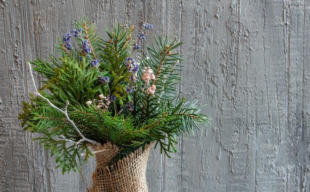 銀色の色調の美しいクリスマスの装飾コンクリートの背景にクリスマスの花束のクリスマスのおもちゃ