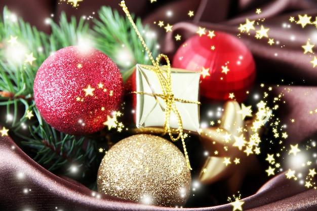 茶色のサテンの布の美しいクリスマスの装飾