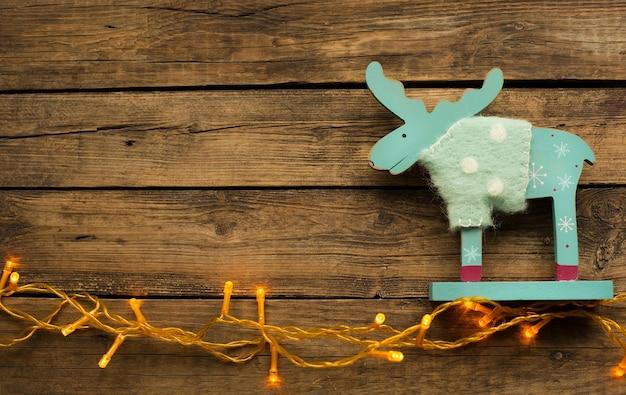 Красивый новогодний декор с деревянной игрушкой и гирляндой