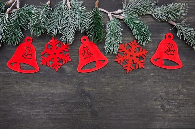 古い黒い木の背景に美しいクリスマスの装飾