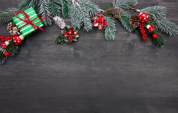 오래 된 검은 나무 바탕에 아름 다운 크리스마스 장식