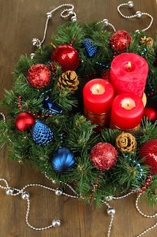 나무 테이블 클로즈업에 아름 다운 크리스마스 장식