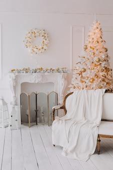 クリスマスツリーの下の美しいクリスマスの装飾とギフト