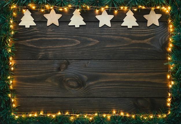Красивые елочные игрушки на деревянном столе