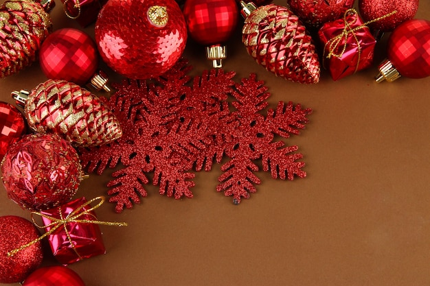 茶色の背景に美しいクリスマスの装飾