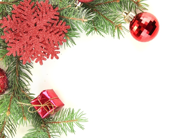 Красивые рождественские украшения на елке, изолированные на белом фоне