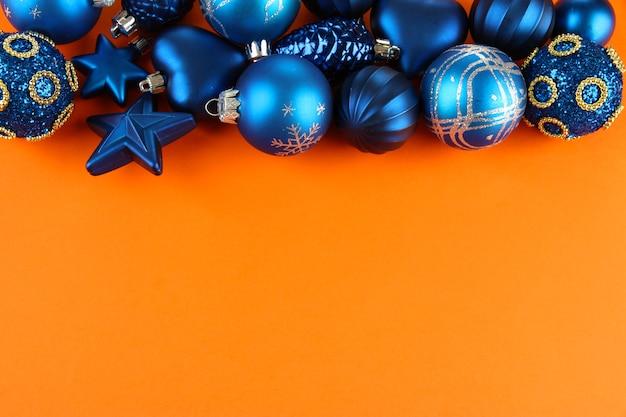 オレンジ色の背景に美しいクリスマスの装飾