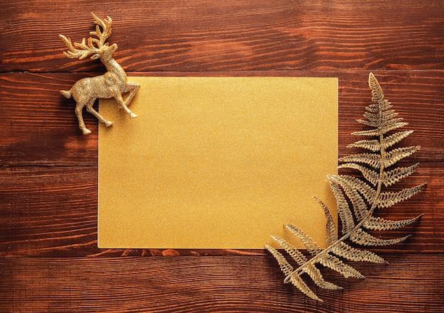 木製の空のカードと美しいクリスマスの装飾