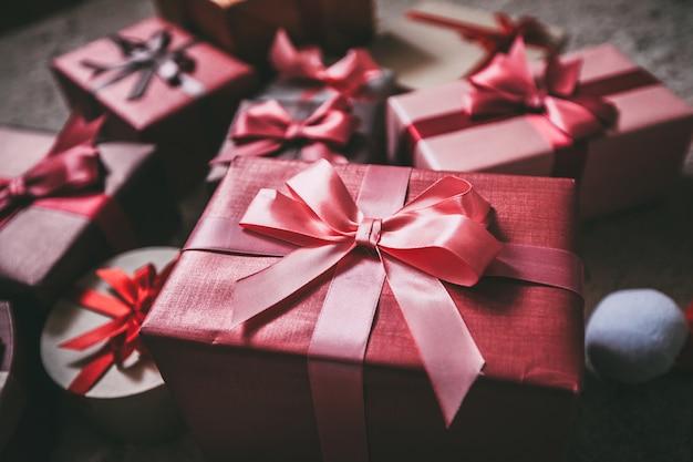 床に美しいクリスマスプレゼント