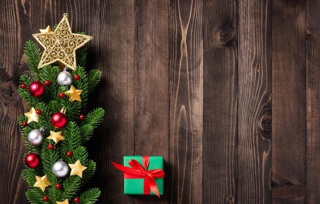 美しいクリスマスの緑の木の新鮮なモミの枝や装飾品のギフトボックス