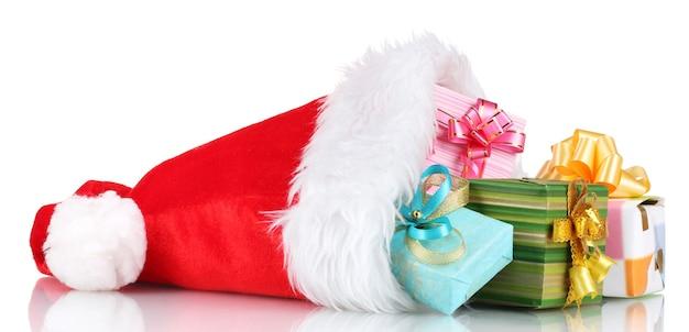 白で隔離の美しいクリスマス帽子とギフト
