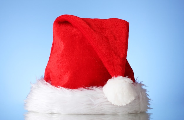 青い壁に美しいクリスマスの帽子
