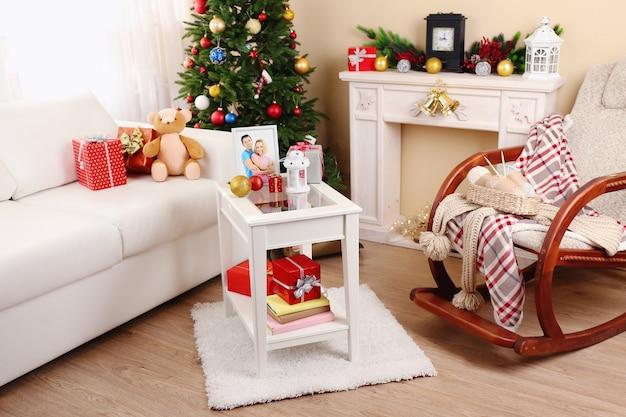 Красивый новогодний интерьер с декоративным камином и елкой