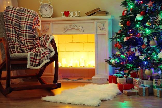 Красивый рождественский интерьер с камином и елкой