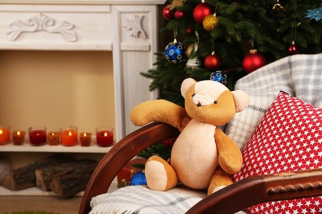ロッキングチェア、装飾的な暖炉、モミの木のある美しいクリスマスのインテリア