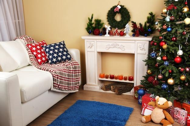 ソファ、装飾的な暖炉、モミの木と美しいクリスマスのインテリア