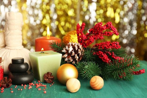 아름 다운 크리스마스 스파클 배경에 녹색 나무 테이블에 구성을 선물