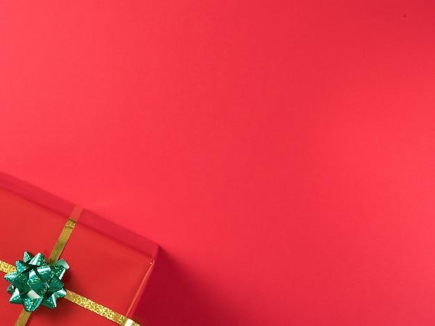 Красивый рождественский красный подарочный бокс на красном фоне. элегантный стиль