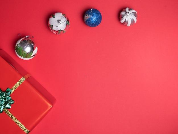Красивый рождественский красный подарочный бокс на красном фоне. элегантный стиль Premium Фотографии