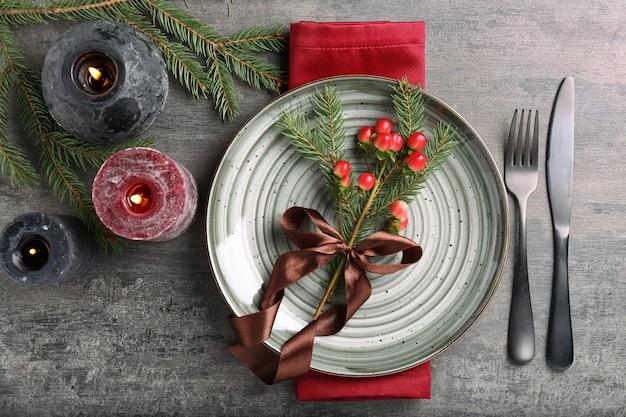 나무 배경에서 아름 다운 크리스마스 테이블 설정