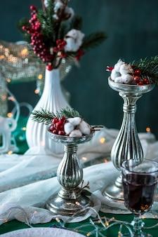 장식으로 아름 다운 크리스마스 테이블 설정