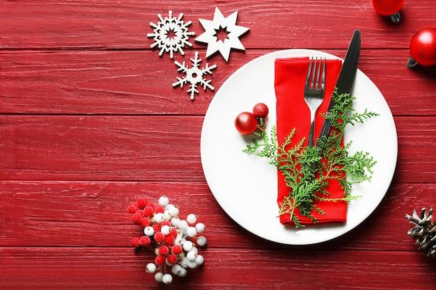 Красивая рождественская сервировка стола с украшениями