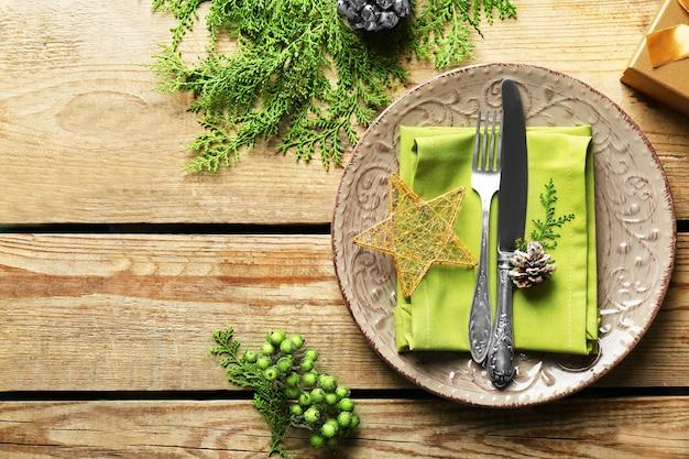 装飾が施された美しいクリスマステーブルセッティング
