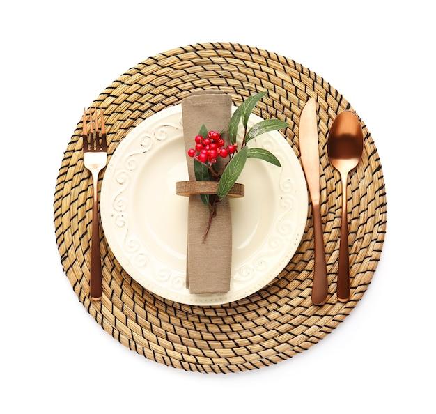 白いスペースにヤドリギと美しいクリスマステーブルの設定