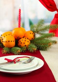 みかんとモミの木の美しいクリスマステーブルの設定、クローズアップ
