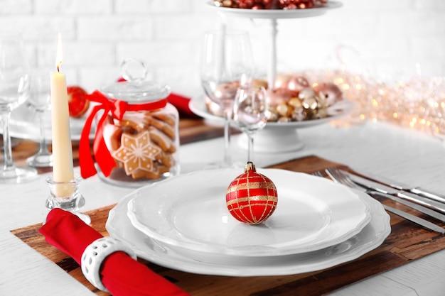 Красивая рождественская сервировка стола